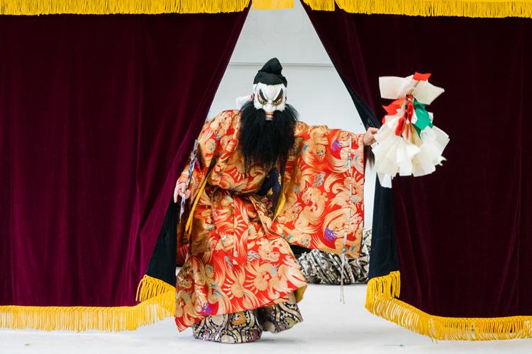 極彩色のエンタメ・石見神楽をめぐる 常設劇場に、高校の部活も!