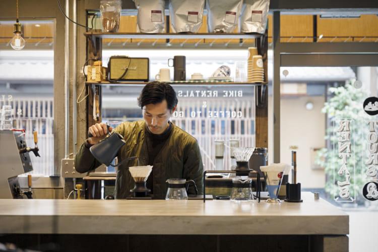 コーヒーやエスプレッソドリンクのほか、チャイや日本のクラフトビールも。カウンターで石原さんと旅の話をするのも楽しみの一つ