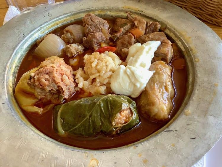 ボスニア料理はトルコ料理の影響を強く受けているそう。これはブドウの葉や野菜にひき肉、お米などを詰めて煮込んだシチューだ。あっさりして美味