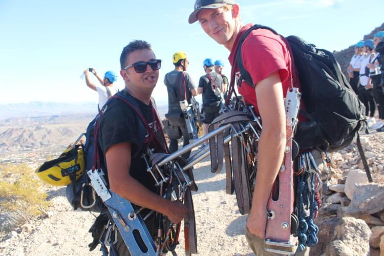 器具をつないでカメラの前でおどける陽気なガイド。時折、ミニコントをするので、シャイな人はリアクションに悩むかも(画像提供=Flightlinez Bootleg Canyon)