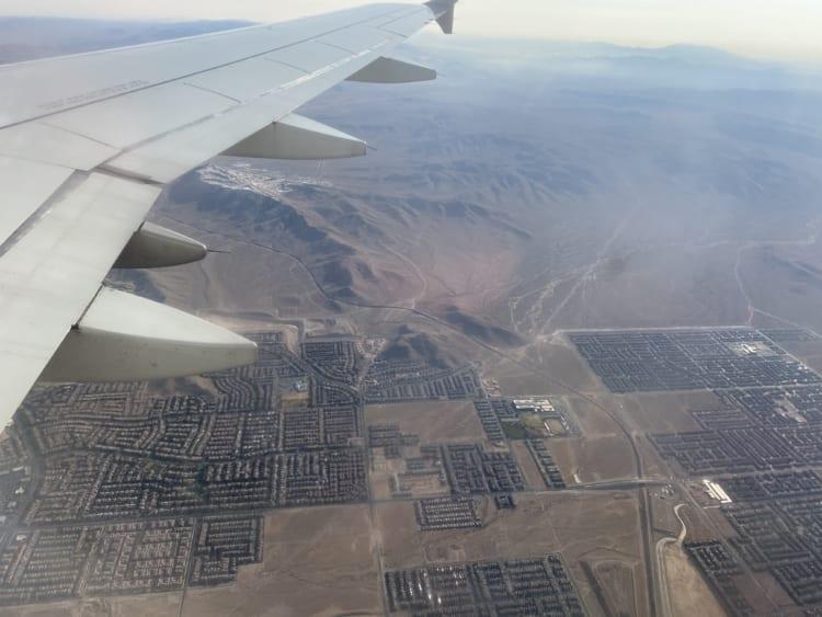 飛行機の窓から見た、古代遺跡のようなラスベガス近郊の住宅街