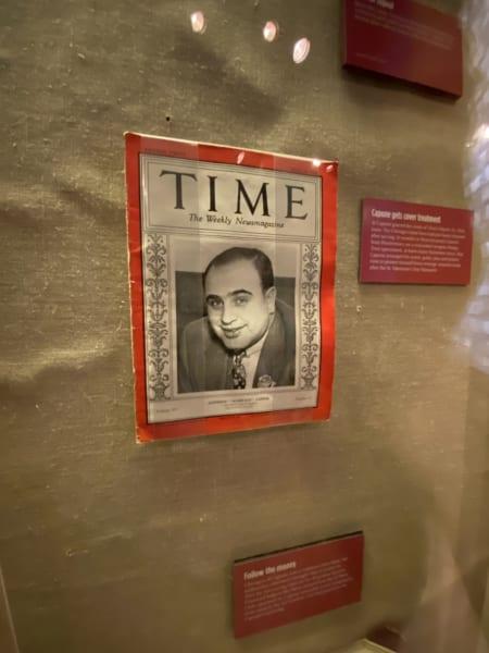 「ザ・モブ・ミュージアム」。シカゴのギャング、アル・カポネが表紙の『タイム』誌。ギャングの抗争の歴史を紹介するコーナーに展示されていました