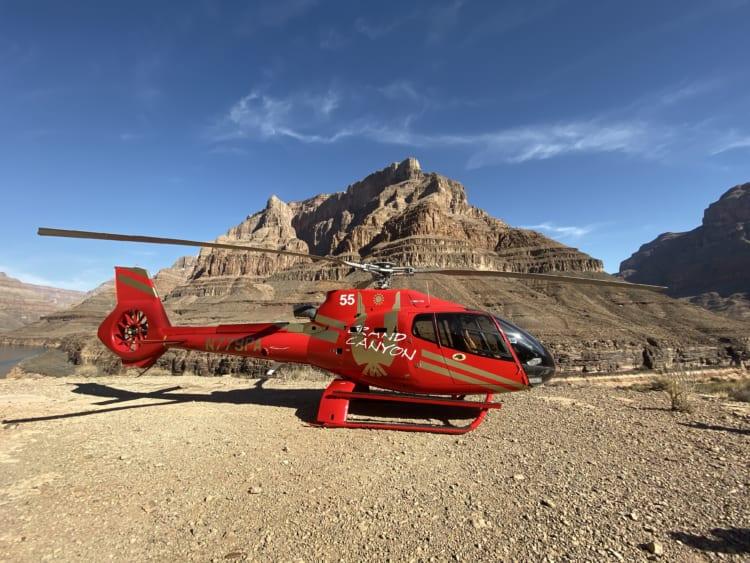 グランドキャニオン・ウェストに到着。赤いヘリコプターが映える