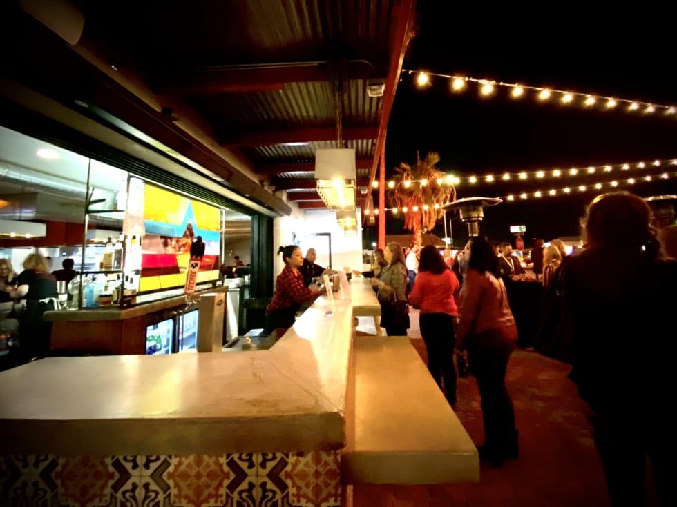 「ファーグソンズ・ダウンタウン」内のレストランのバーカウンター