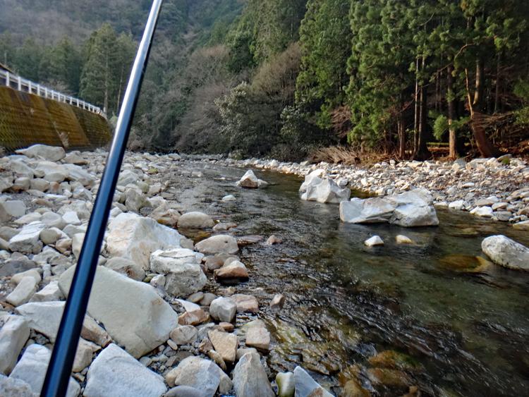 強風と寒さに耐えて釣るアマゴ 和歌山県・四村川