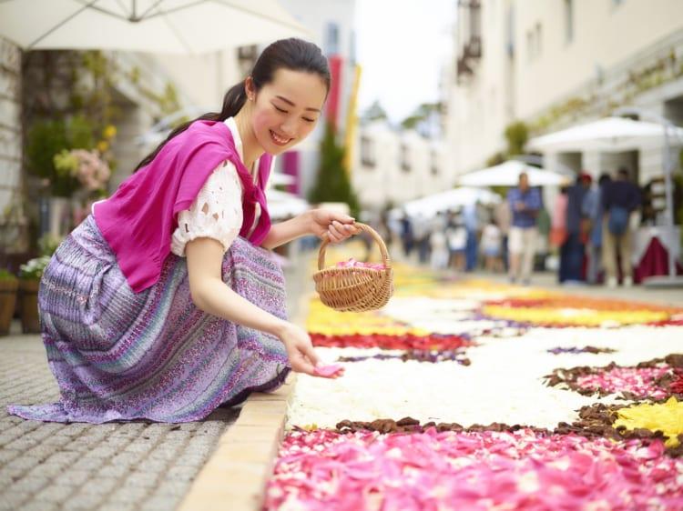 花びらで飾られた「ピーマン通り」の石畳。リゾナーレ八ヶ岳