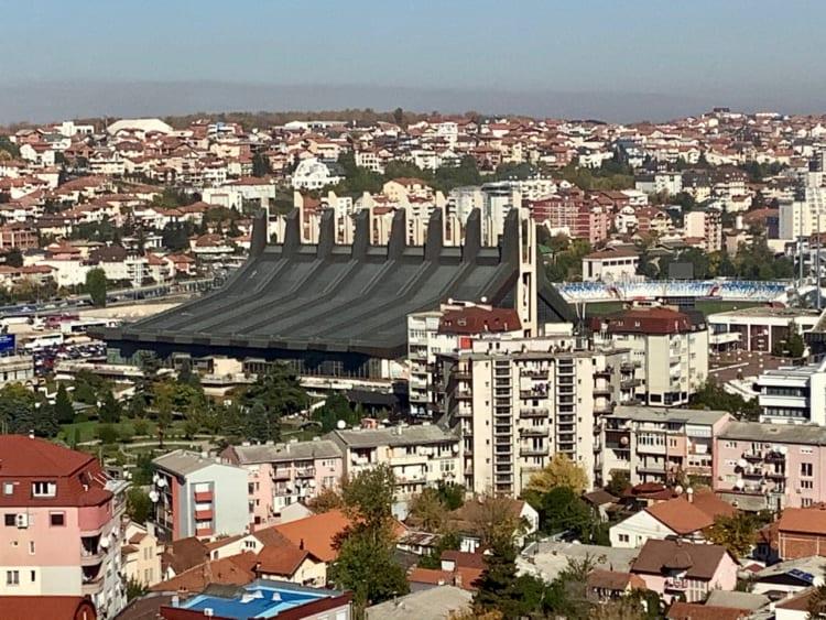 黒い屋根の建物