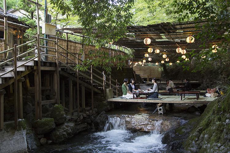 涼を求めて、水と緑の天然クーラー「貴船の川床」へ