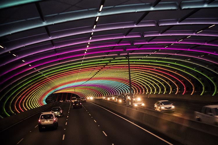 夜に輝くメルボルンの虹のトンネル