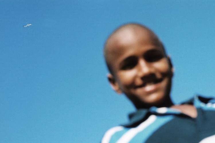 カメラをのぞき込んできたインドの男の子