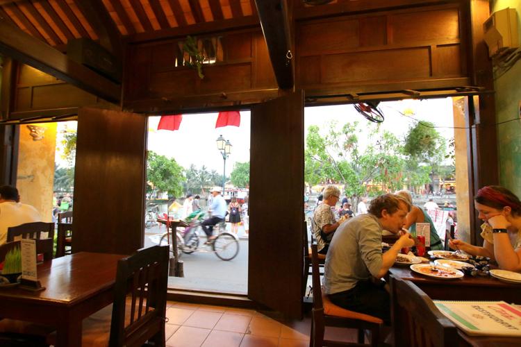 ベトナムの魅力的な「ナイトマーケット」は誰のもの?