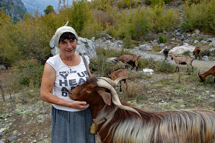 殺人犯がこもった塔のある村 欧州の「秘境」アルバニア紀行(3)セシ