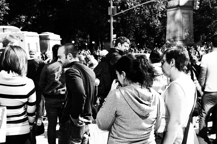 (53)街角に集う人々に降り注ぐ太陽 永瀬正敏が撮ったニューヨーク