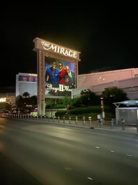 ラスベガスでは、コンサートも多い。高級ホテル「ザ・ミラージュ」の看板は、ボーイズIIメン