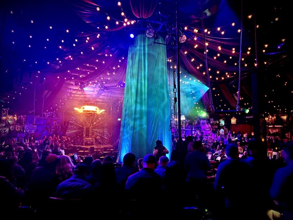 「Absinthe(アブサン)」という下ネタ満載のサーカスショーも見ました。これは開演前の写真。雰囲気がよかったです