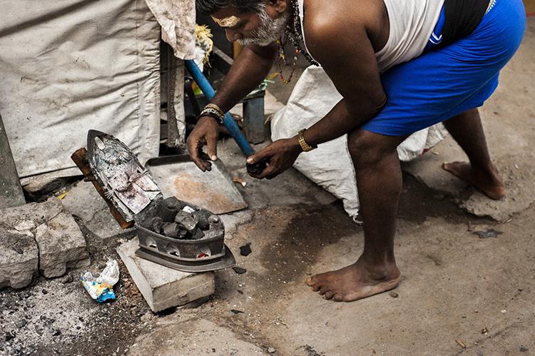 南インド 炭のアイロン専門店