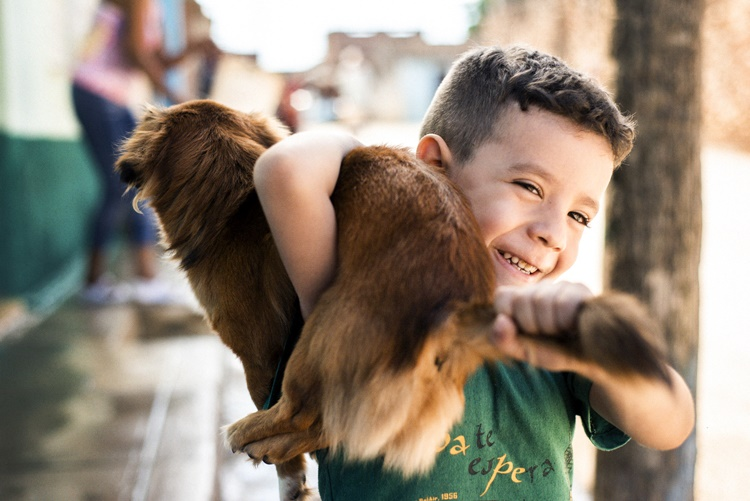 キューバで出会った犬をかつぐ男の子
