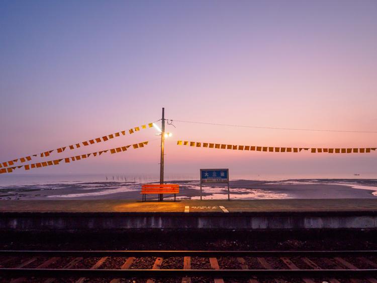 幸せの黄色いハンカチが揺れる、日本一海に近い駅  長崎県・大三東駅