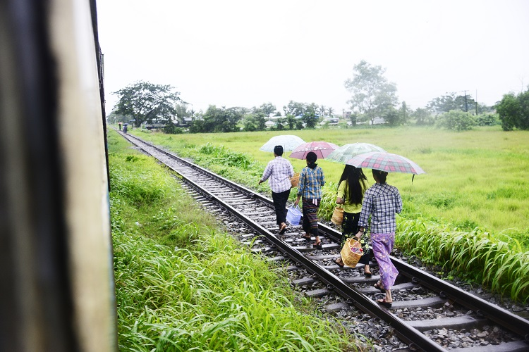 ミャンマーの線路