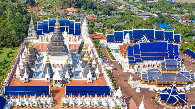 傘でハートマーク 青い屋根のお寺 チェンマイ近郊