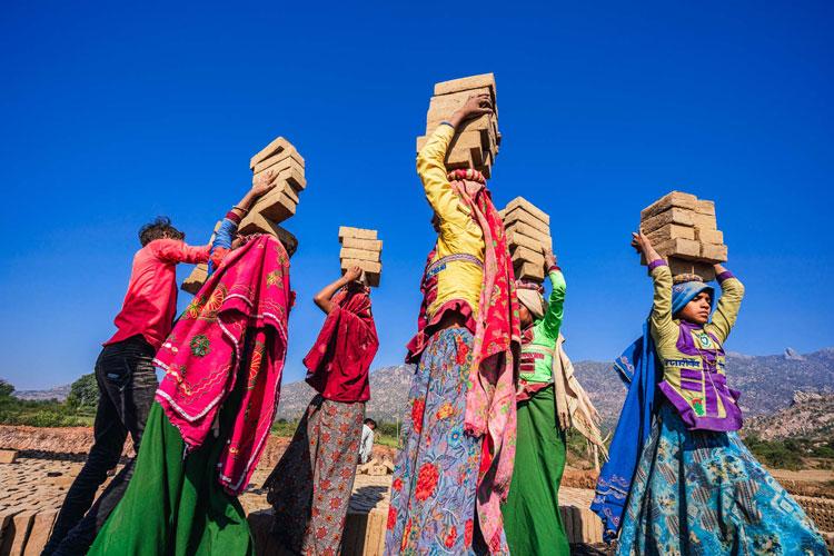 <1>過酷な労働にも着る、インド「ガラシア族」の誇り高き民族衣装