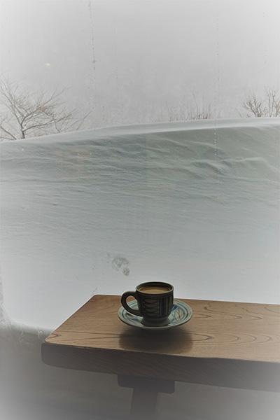 ふわふわの雪に包まれる秘湯へ ひたひた潤う大岩風呂