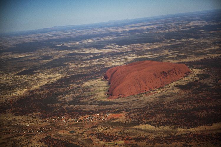 赤い平原に存在感を放つ一枚岩 ウルル