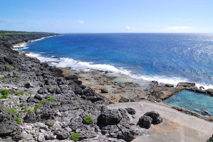 ゴンドラをクレーンでつり上げ上陸 沖縄とヤマトが交わる孤島・南大東島