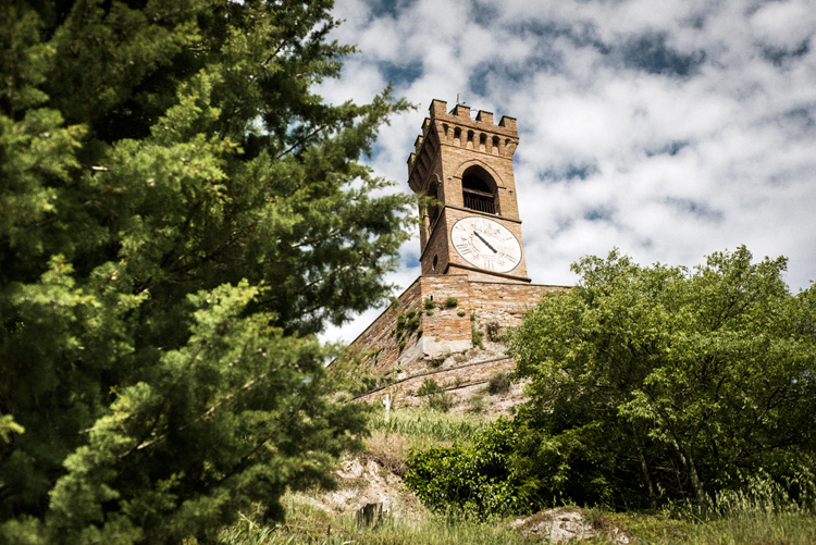 岩壁に建てられたブリジゲッラの時計塔