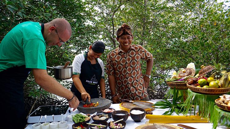 バリ島ジンバランの魚市場で感動した、焼きサバの「サンバル」添え