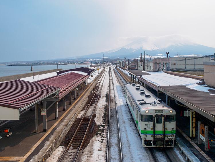 名峰のふもとで見つけた海と山の美景  北海道の森駅と渡島砂原駅