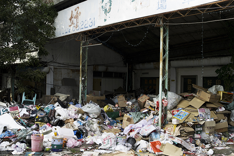 (67) 廃虚に壮大なゴミの山 永瀬正敏が撮った台湾