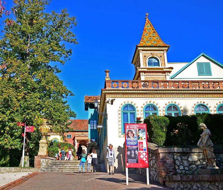 世界遺産に陶磁器のジョルナイ 豊かな地方都市ペーチ ハンガリー