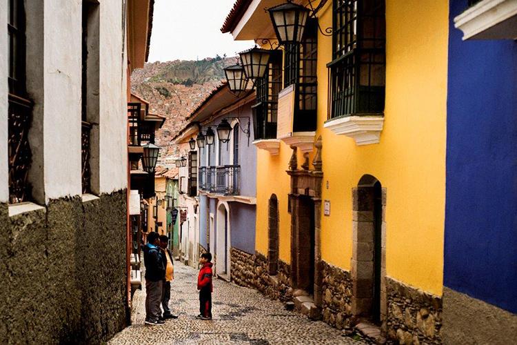 家の色が変わっていくすり鉢状の街、ラパス
