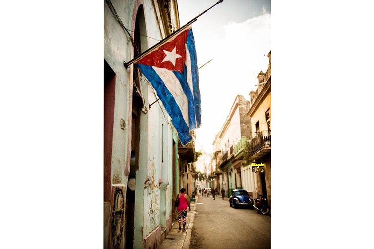 手塗りの国旗が飾られたハバナの路地
