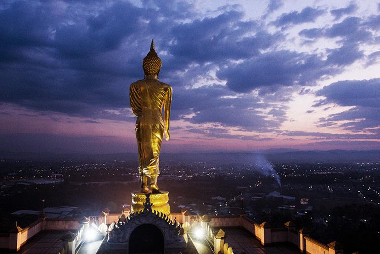 ナーンの街を見守る黄金の立像
