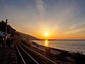 身も心も朱に染まる夕日 瀬戸内海沿いの下灘駅
