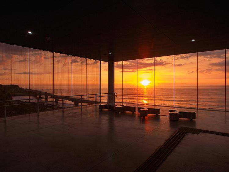 ガラス張りの駅舎から望む、太平洋の朝焼け 茨城県・日立駅