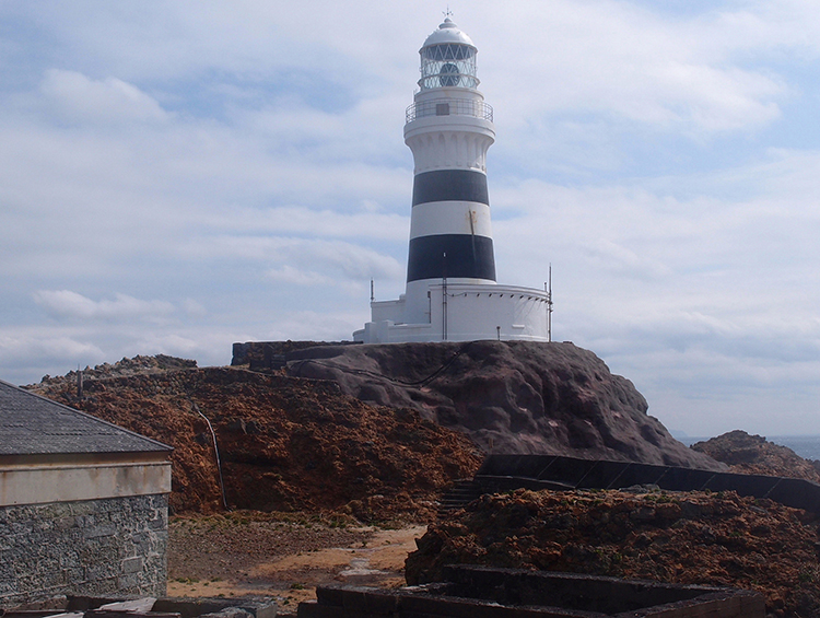 ハンマーヘッドが来る海を見守る、伊豆・神子元島の歴史的灯台