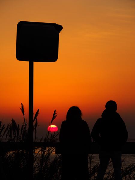旅人たちと分かち合う、瀬戸内海の夕暮れ 愛媛県・下灘駅