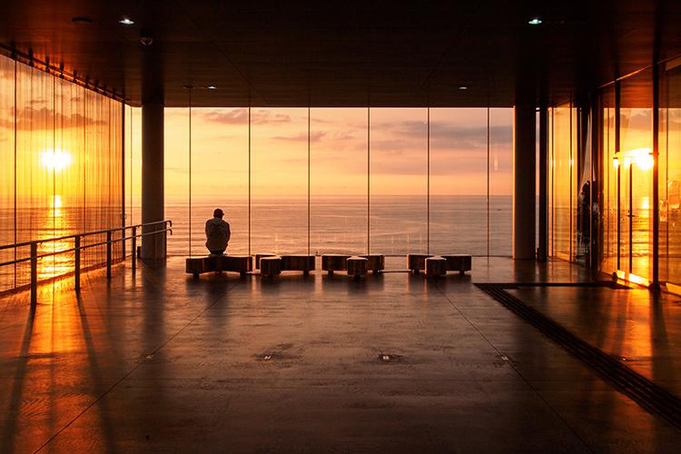 ガラス張りの駅舎から望む、太平洋の朝焼け 茨城県?日立駅