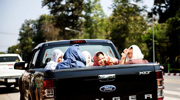 荷台に乗り込む女の子たち タイ・ナーン