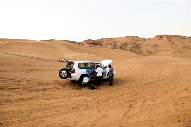 砂漠の真ん中で降ろされたドバイのデザートサファリ