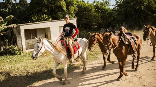 馬に乗るお兄さんの足元は…… キューバ・トリニダ