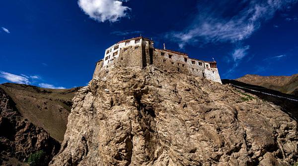 インド北部の辺境 崖の上にたたずむ僧院