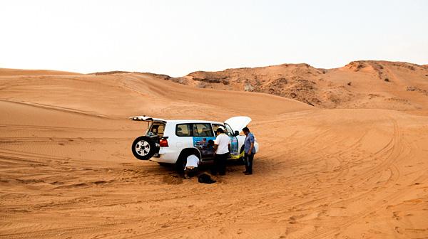 砂漠の真ん中で「車から降りてくれ!」 ドバイ