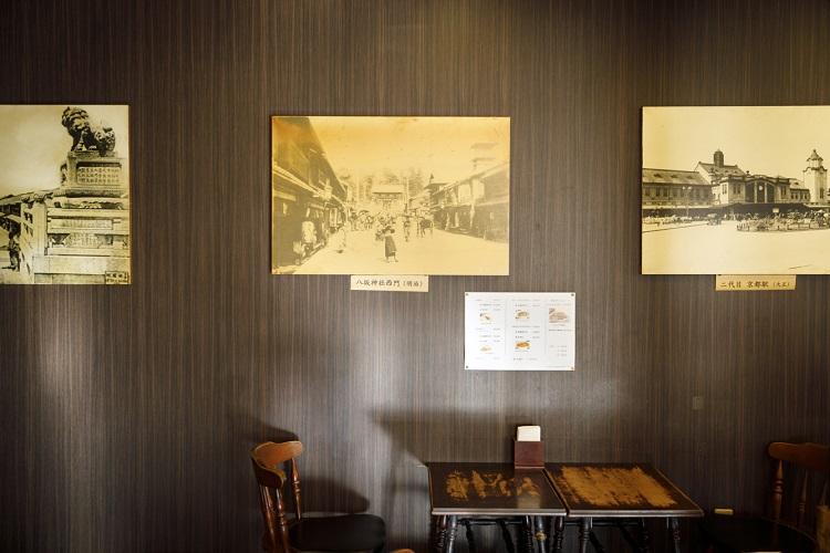 壁には京都の昔の街並みの写真