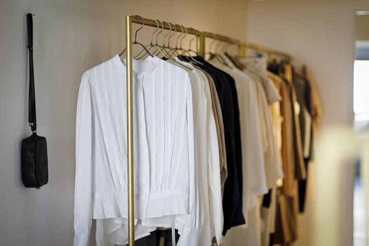 内外のブランドの衣服が並ぶ