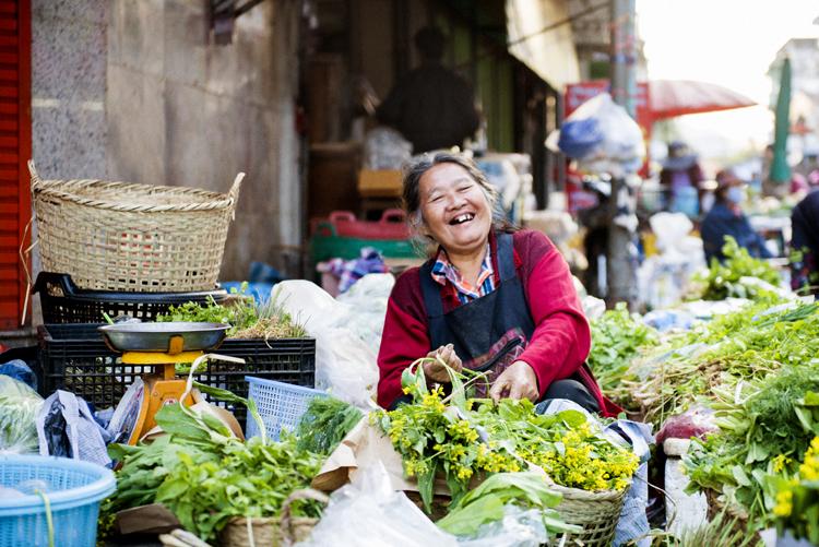 笑顔の合言葉は「モンクローン」 タイの朝市