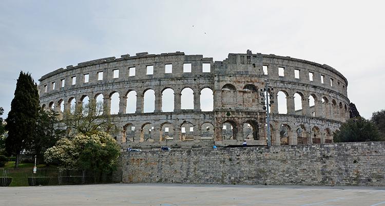ローマ帝国の巨大な円形闘技場が クロアチアの旅 (2) プーラ